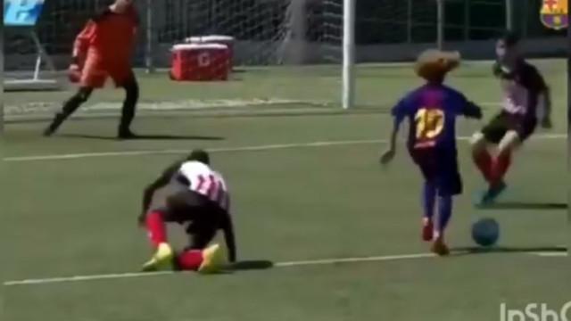 Promessa do futebol catalão marca golaço à Messi