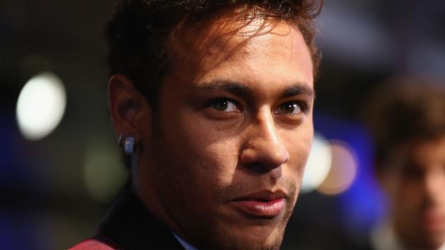 """Neymar volta a exibir tatuagem feita em homenagem à mãe: """"Te amo"""""""