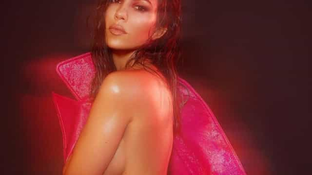 Aos 39 anos, Kourtney Kardashian posa nua em publicação internacional