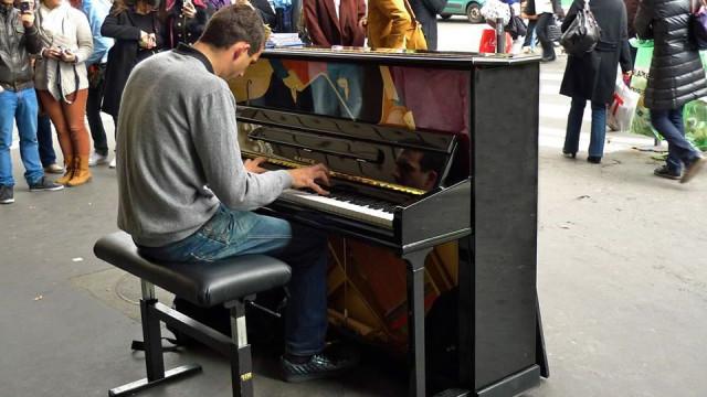 Se vir um piano num jardim em Lisboa, sente-se e toque...