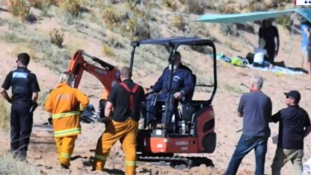 Ação rápida de polícia de folga salva menino enterrado em buraco de areia