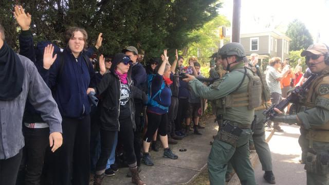 Manifestantes anti-fascistas presos em marcha neo-nazi por terem máscaras