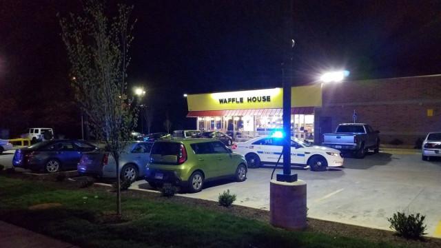 Homem nu mata quatro pessoas e fere outras três num café no Tennessee