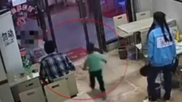 Mulher grávida faz rasteira propositada a criança a correr em restaurante