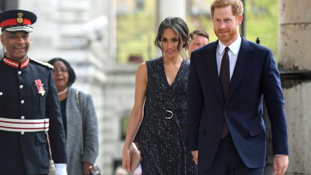 Meghan Markle surge com look elegante ao lado de Harry