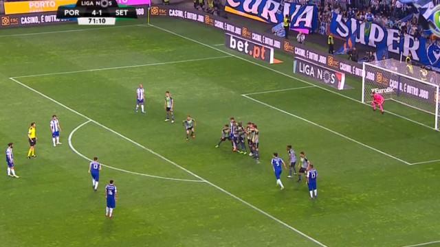 Alex Telles chega ao quinto do FC Porto com golaço de livre