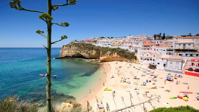 Praia do Carvoeiro eleita como uma das melhores da Europa