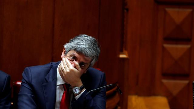 Bloco exige uso de folga, PCP deixa aviso, mas Centeno 'não se fica'