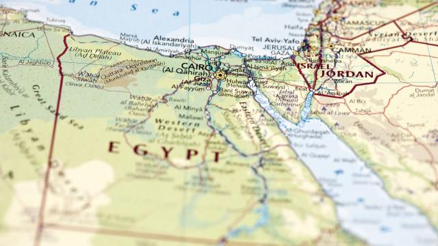 Tribunal egípcio condena líderes da Irmandade Muçulmana a prisão perpétua