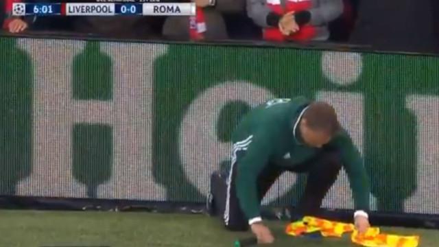 No Liverpool-Roma, o 'bandeirinha' foi o primeiro a acusar a pressão
