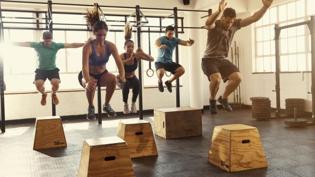 Não, não precisa de 'poupar' os joelhos em exercícios de grande impacto