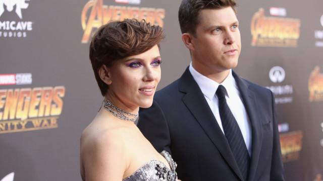 Scarlett Johansson surge ao lado do novo amor na passadeira vermelha