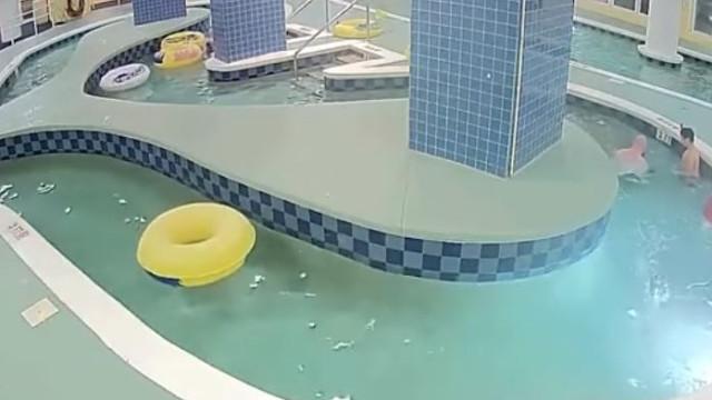 Criança fica 9 minutos submersa após ser sugada por tubagem de piscina