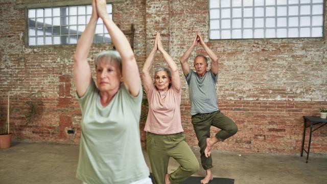 Porque é que o yoga é ideal a qualquer idade, mesmo que não seja flexível