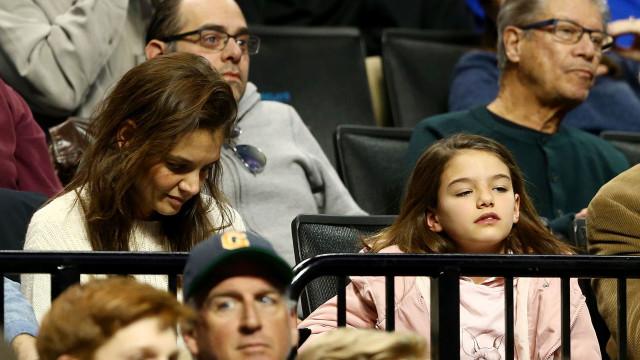 """Filha de Tom Cruise """"desesperada"""" para ter contacto com o pai"""