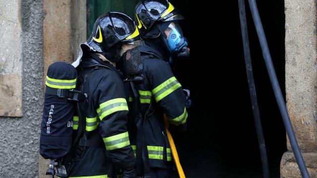Fogo destrói casa em Caldas da Rainha e fere proprietário