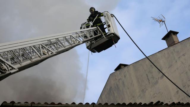 Carro incendeia-se em garagem e lança alerta em prédio de Melgaço