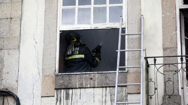 Incêndio em prédio de Campo de Ourique foi combatido por 30 homens