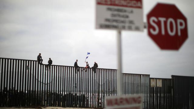 Migrantes adotam estratégia 'conta-gotas' para cruzar fronteira com EUA