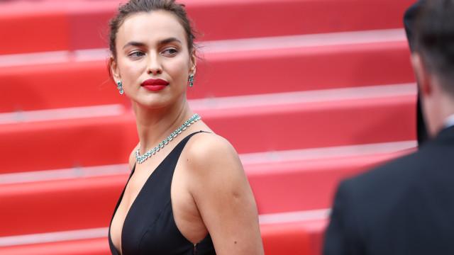 Irina Shayk deixa muito pouco à imaginação com lingerie transparente
