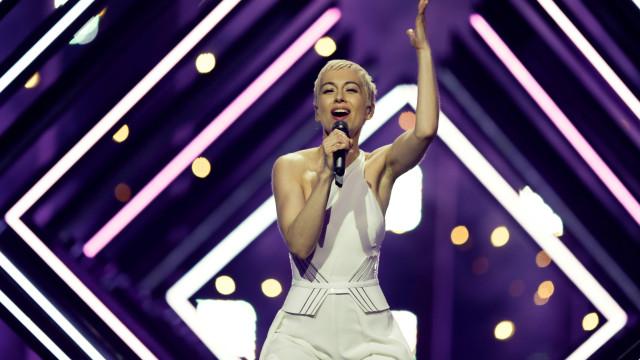 Concorrente britânica à Eurovisão respondeu com humor à invasão de palco