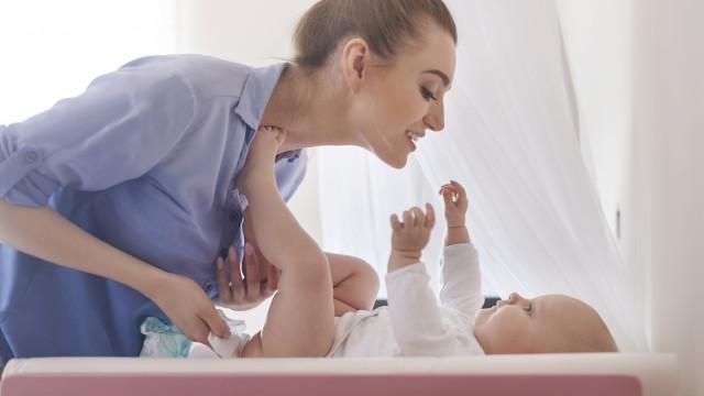 Pede 'autorização' ao seu filho antes de lhe mudar a fralda?