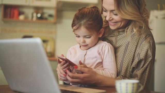 """Dar um smartphone às crianças, equivale a """"dar-lhes um grama de cocaína"""""""