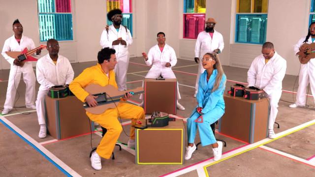 Nintendo Labo: Ariana Grande foi acompanhada por instrumentos de cartão