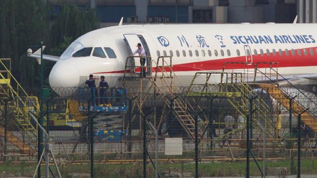 O piloto herói que aterrou avião com janela de cockpit partida