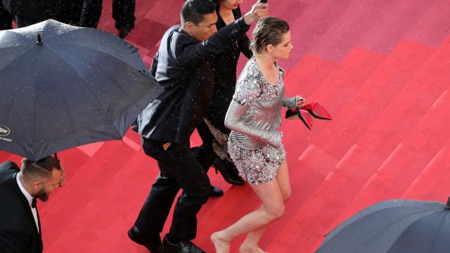 Kristen Stewart anda descalça em Cannes como forma de 'protesto'