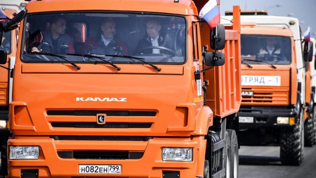 Putin inaugura nova ponte que liga Rússia à Crimeia com protestos de Kiev