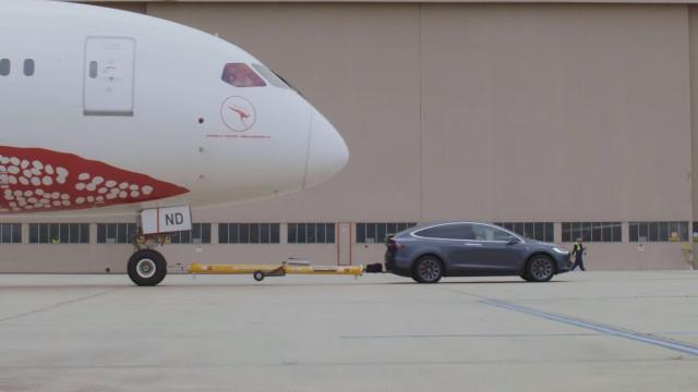 Carro da Tesla ultrapassa novo desafio. Desta vez puxou um avião