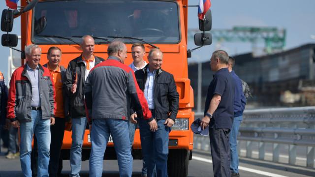 """UE condena ponte russa na Crimeia como """"violação da soberania"""" da Ucrânia"""