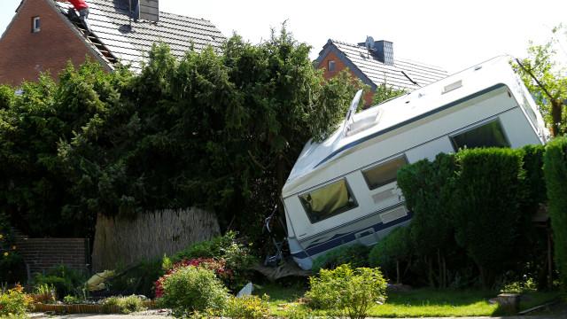 Tornado poderoso atravessa Alemanha e destrói 50 casas