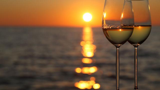Como refrescar uma garrafa de vinho em apenas três minutos