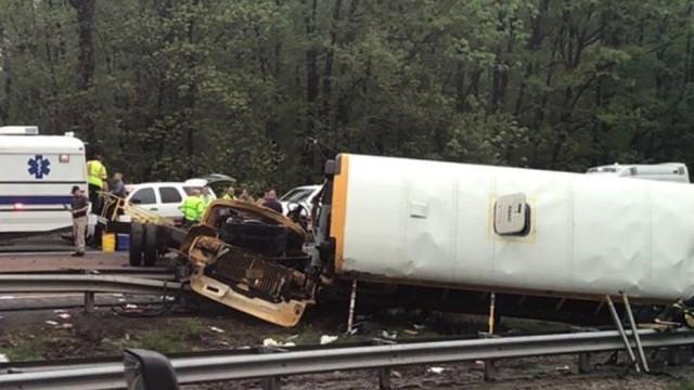 Choque entre autocarro escolar e camião do lixo faz dois mortos nos EUA