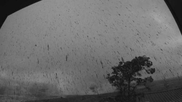 Cratera do vulcão do Hawai entra em erupção expelindo nuvens de cinza