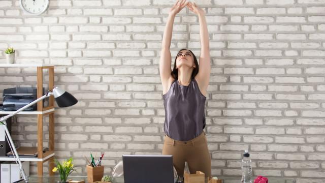 A sequência de yoga da treinadora de Beckham é para praticar à secretária