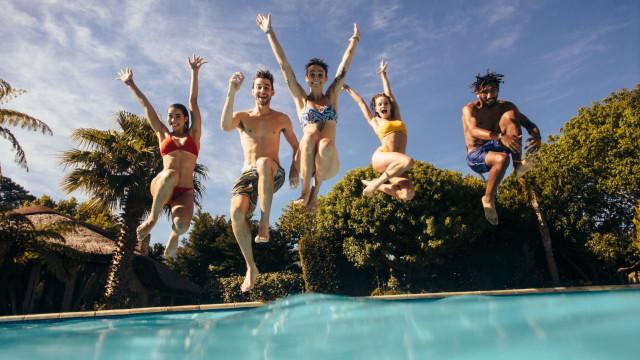 """Vai mergulhar? Piscinas e jacuzzis são """"oceanos sem fim"""" de doenças"""