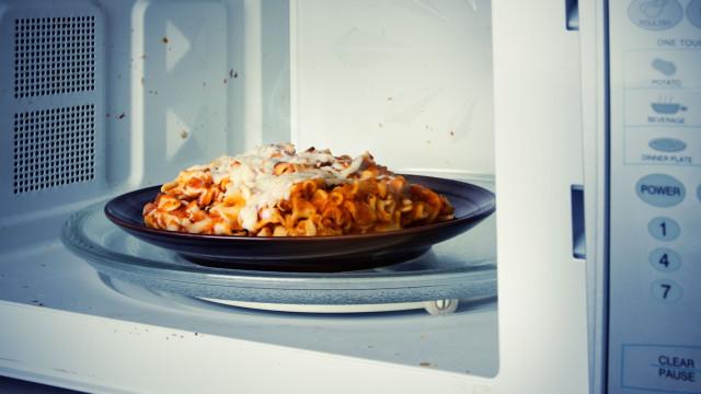 A comida de microondas é menos saborosa, e a ciência explica porquê