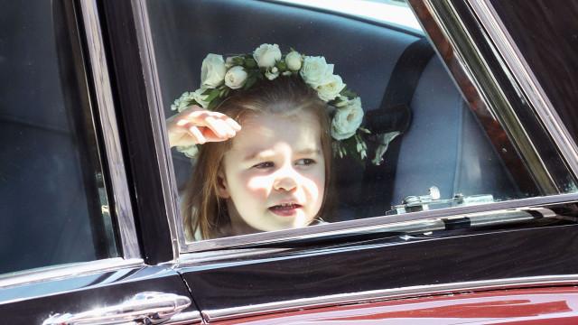 Pequena, grande princesa: Charlotte encanta em casamento real