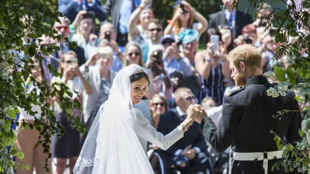 Harry e Meghan Markle quebraram protocolo real durante casamento