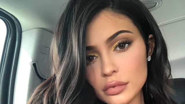 Três meses após ter sido mãe, Kylie Jenner exibe 'curvas de sonho'