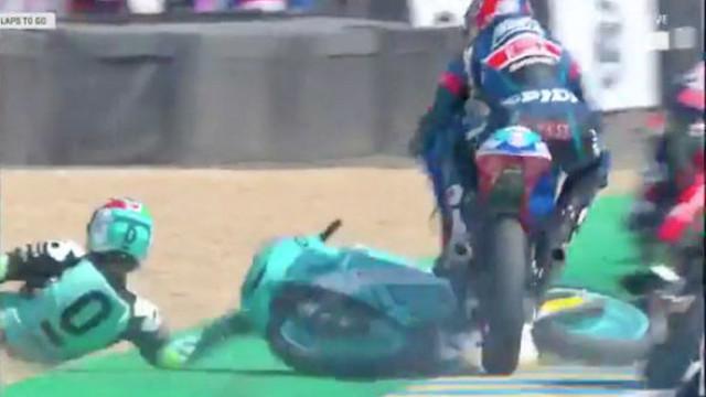 Moto3: Piloto escapa a acidente saltando por cima de outro