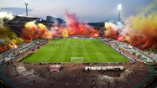Claque do Estrela Vermelha faz festa impressionante no estádio