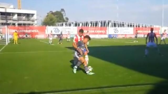 Atenção, Rui Vitória: Júnior do Benfica com drible do outro mundo