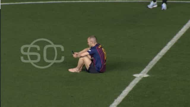 Na hora da despedida, Iniesta permaneceu sozinho no relvado de Camp Nou