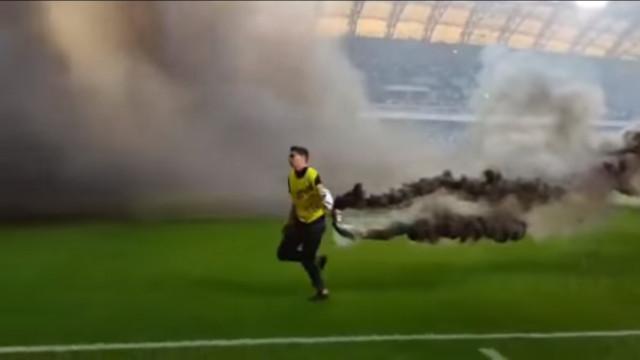Duelo na Polónia termina com invasão de campo e bombas de fumo