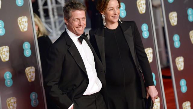 Hugh Grant noivo pela primeira vez aos 57 anos