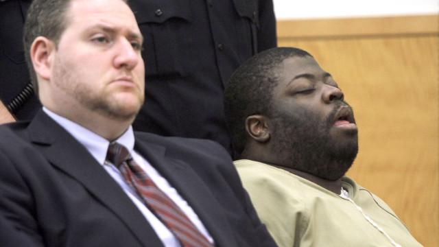 Foi condenado a 50 anos de prisão enquanto dormia em pleno julgamento